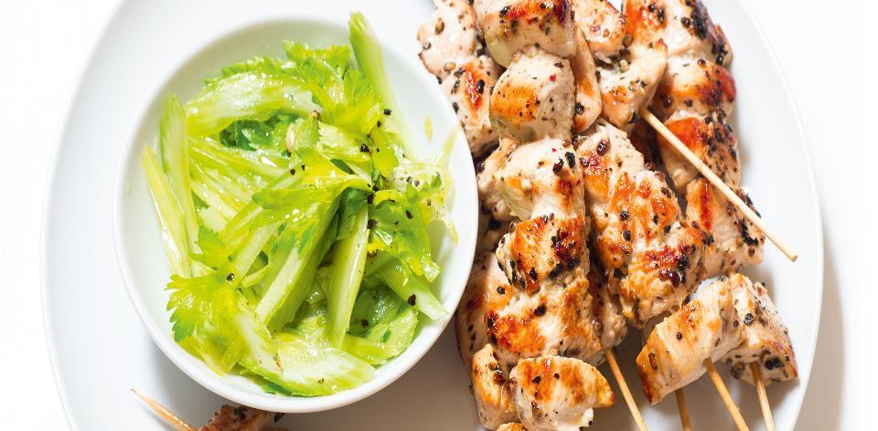 Kuřecí špízy s celerovým salátem