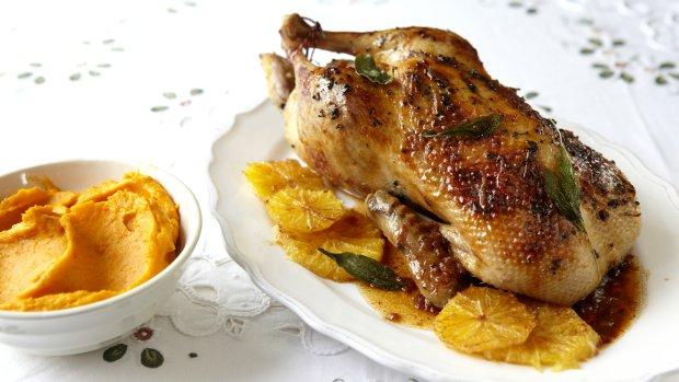 Kachna se šalvějí, pomeranči a portským vínem a dýňové pyré ...