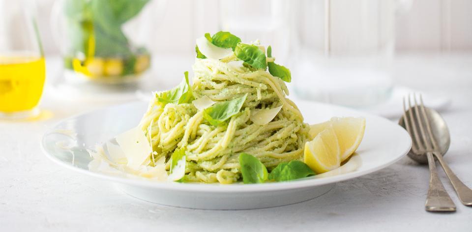 Špagety s domácím bazalkovým pestem a hoblinkami parmazánu ...