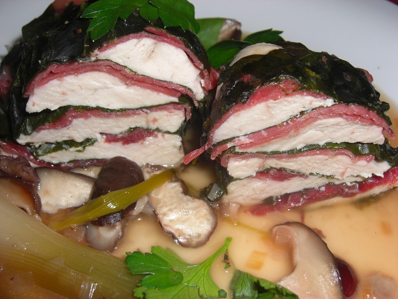 Kuřecí prsa v bresaole a špenátových listech dušená s houbami ...