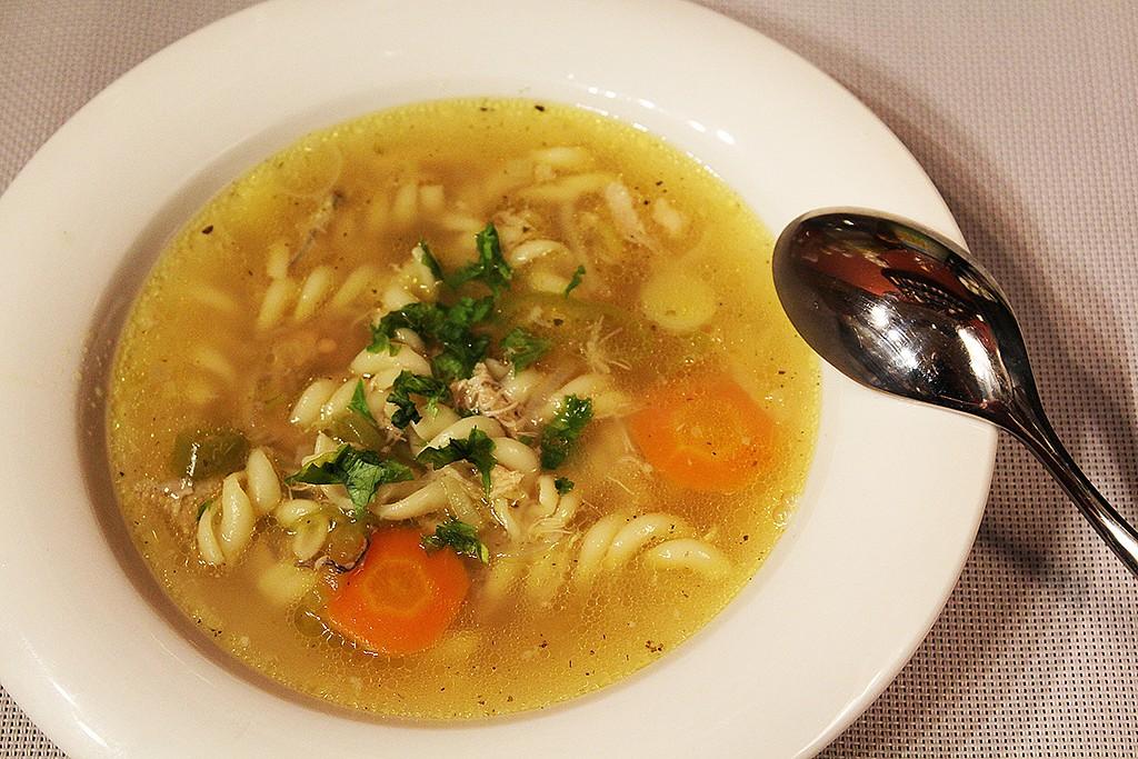 Domácí kuřecí polévka s těstovinami recept