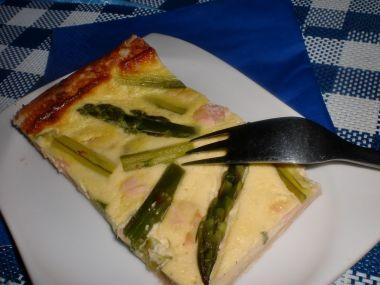 Listový koláč se zeleným chřestem a uzeným lososem