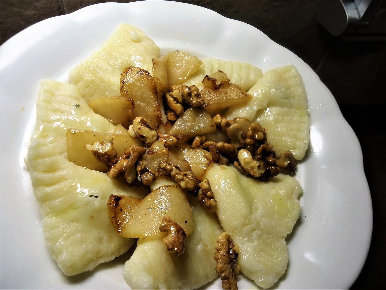 Taštičky plněné gorgonzolou s hruškou a ořechy recept ...