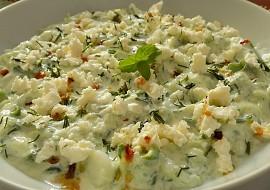 Okurkový salát s jogurtem a balkánským sýrem recept