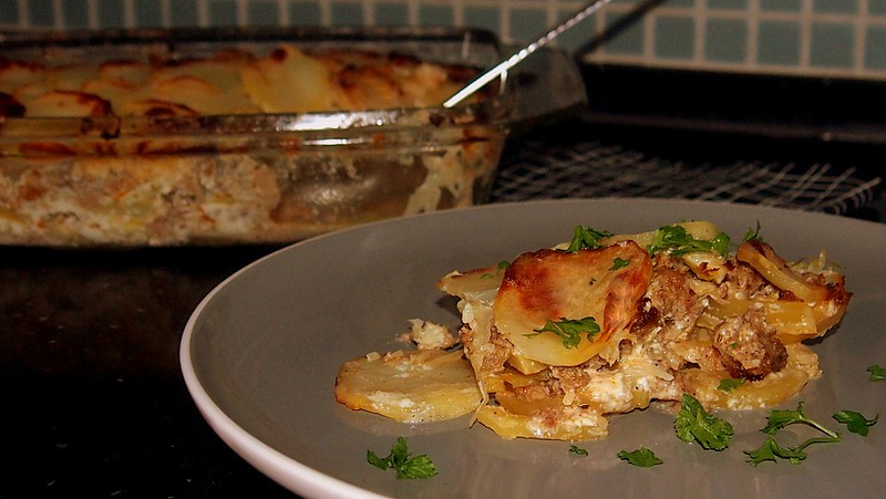 Zapečené brambory se zelím a mletým masem recept