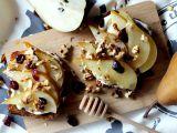 Toast s medovou hruškou, žervé a ořechy recept