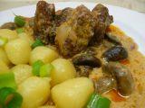 Kančí kostky na zelenině a žampionech recept