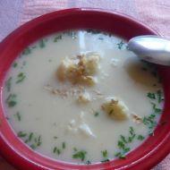 Květáková polévka s nivou a ořechy recept