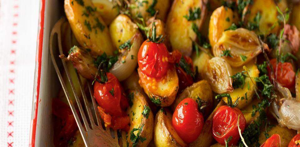 Brambory s pečenou cibulí a cherry rajčátky