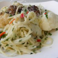Špagety s květákem a masovými koulemi recept