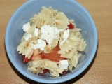 Těstovinový salát s balkánským sýrem recept