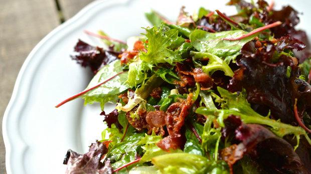 Horký salát s křupavou slaninou a balzamikovým dresinkem | Prima ...