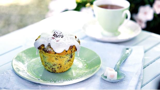 Muffiny s mangem, malinami, polentou a ořechy