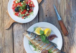 Okoun se salátem ve středomořském stylu