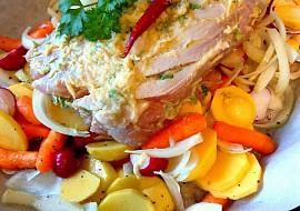 Pečené kotlety na česneku s hořčicí a zeleninou na bílém víně ...