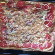 Rajčatová pizza s cibulí a anglickou slaninou recept