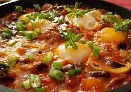 Fazolová pánev s klobásou a vejci recept