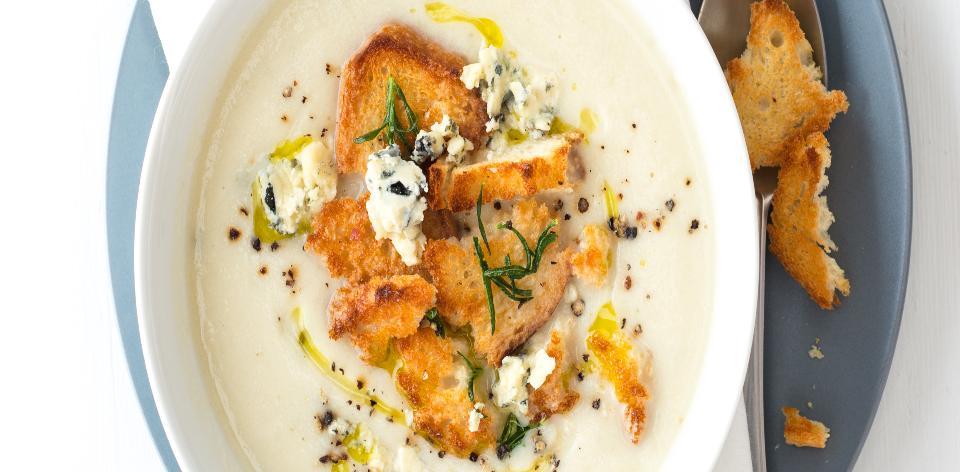 Květáková polévka s rozmarýnovými krutony