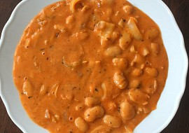 Bilé fazole v sýrovo-kečupové omáčce s bílou paprikou, podle ...