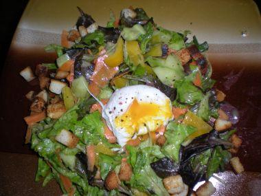 Salát s pošírovaným vejcem