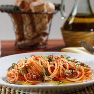 Barilla Spaghetti s italskou klobásou, rajčatovou omáčka a bazalkou ...