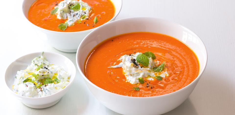 Rajčatová polévka s ochuceným jogurtem