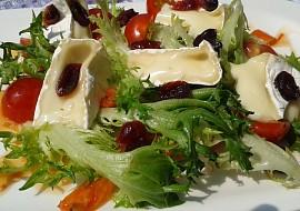 Jednoduchý listový salát s Hermelínem a brusinkami recept ...