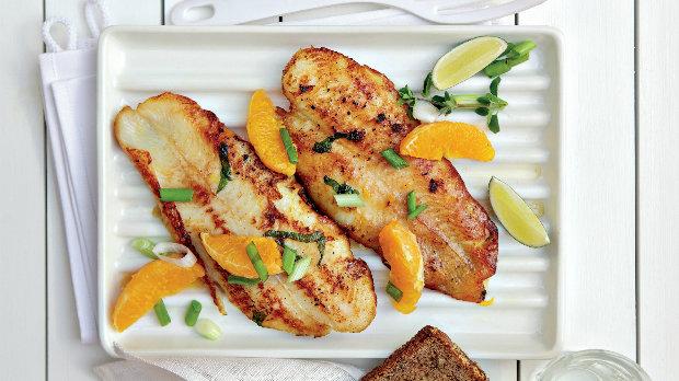 Grilovaný halibut na pomerančích s jarní cibulkou