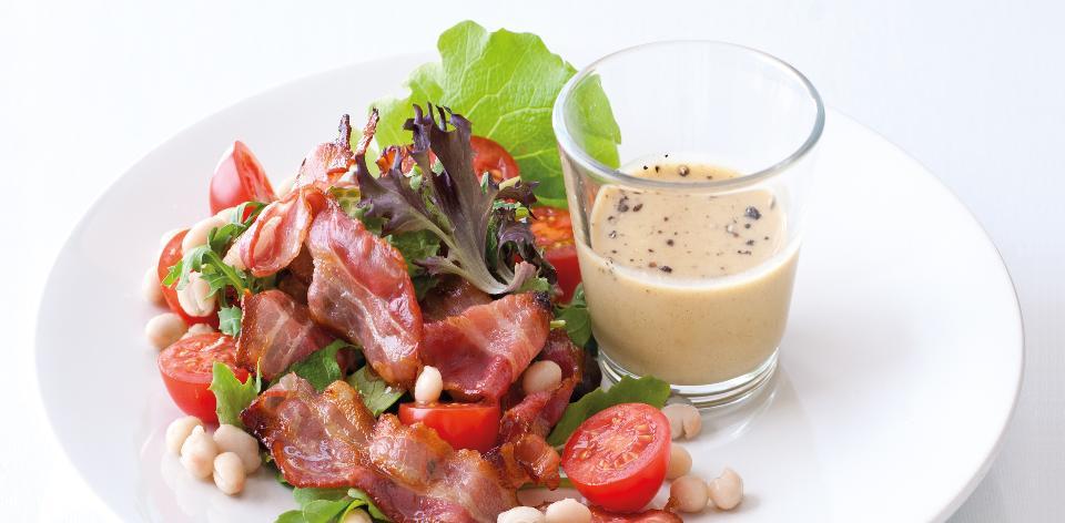 Zeleninový salát s bílými fazolky, slaninou a medovo hořčicovým ...