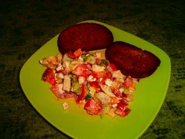 Svěží zeleninový salát s topinkou