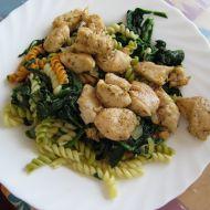 Lehké těstoviny se špenátem a kuřecím masem recept