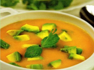 Studená polévka z avokáda a broskví