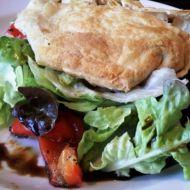 Salátové hnízdo s grilovanou zeleninou a kozím sýrem recept ...