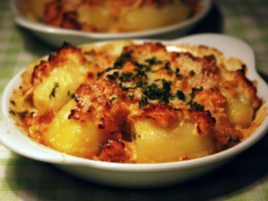 Zapečené brambory s cibulí a čedarem