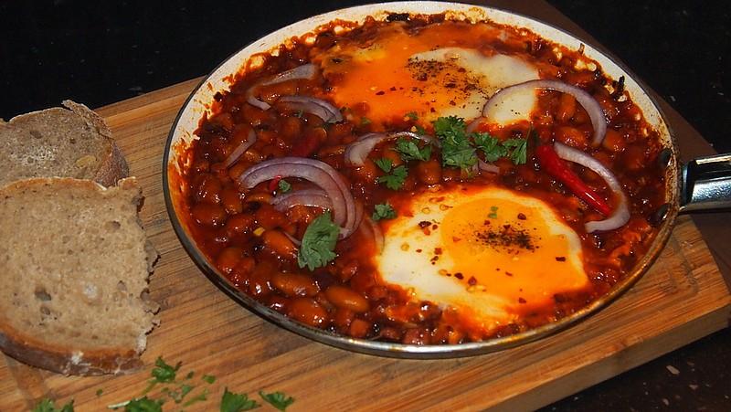 Pikantní vejce s fazolemi a klobáskou recept