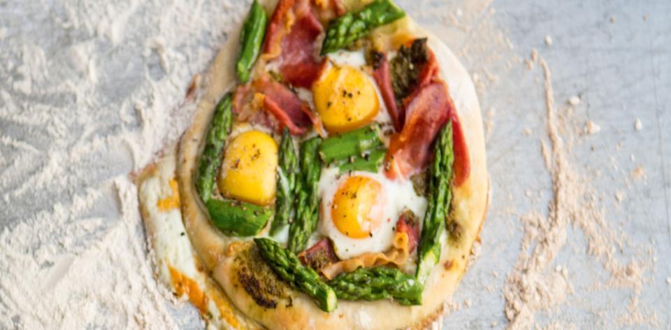 Domácí pizza prosciuto s chřestem a vejci
