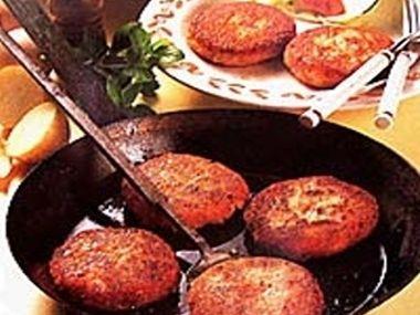 Bramborové karbanátky s houbovou omáčkou