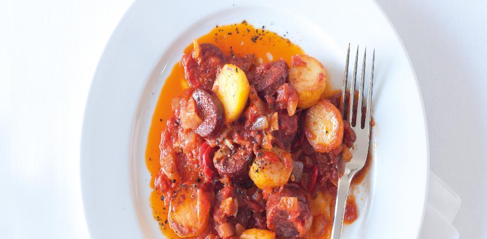 Zapečené brambory s klobásou a paprikou