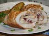 Kuřecí roládky se šunkou, hermelínem a brusinkami recept ...