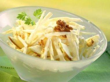 Celerový salát s vejci a ořechy