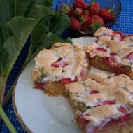 Jemný koláč s rebarborou a jahodami recept