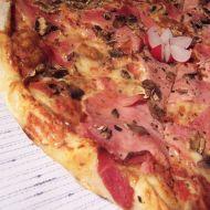 Pizza se slaninou, žampiony a šunkou recept