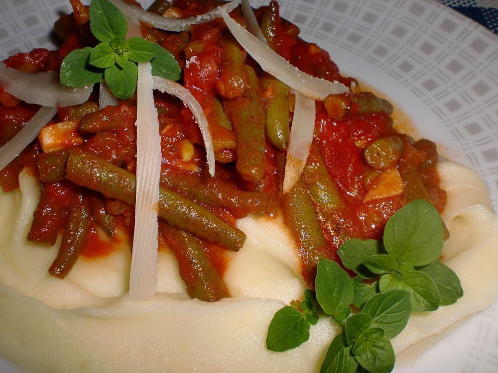 Zelené fazolky na rajčatech a česneku recept