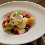 Letní ovocný salát s vanilkovou zmrzlinou recept