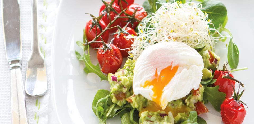 Salát s guacamole a pošírovaným vejcem