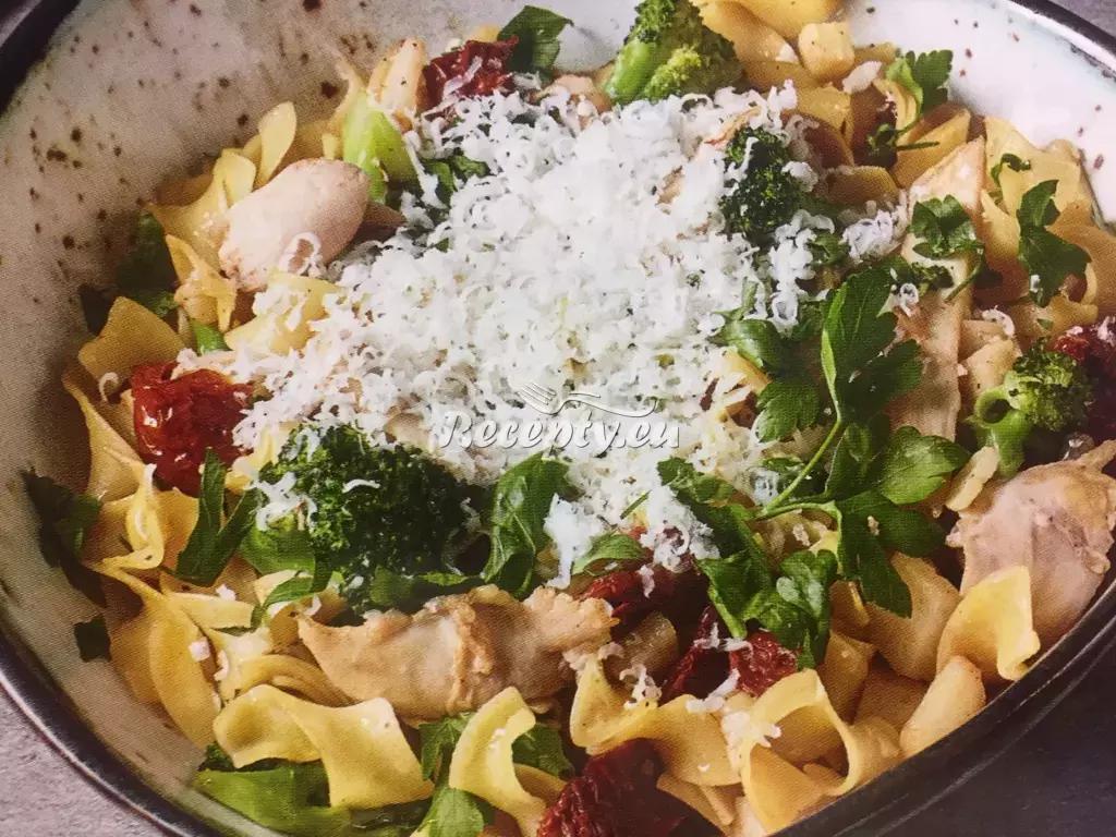 Tagliatelle s kuřecím masem a brokolicí podle Romana Pauluse ...