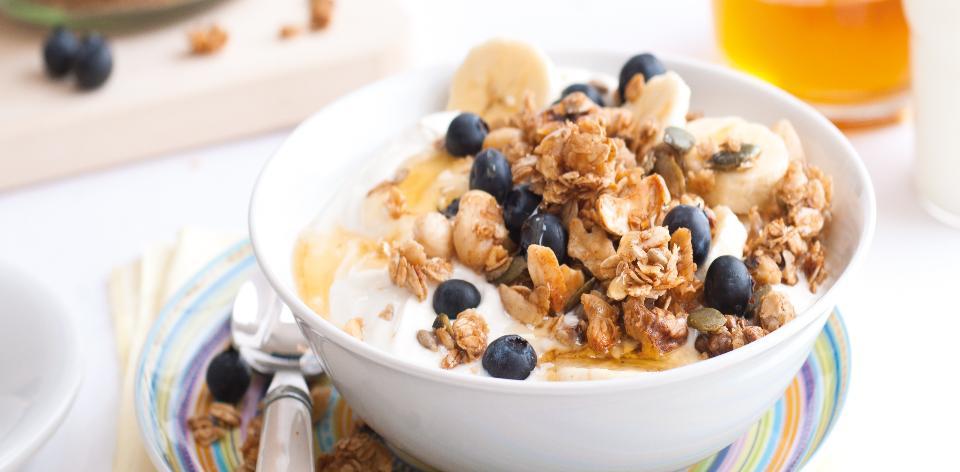 Domácí müsli s jogurtem a ovocem