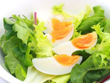 Hlávkový salát s vejci a kuřecím masem