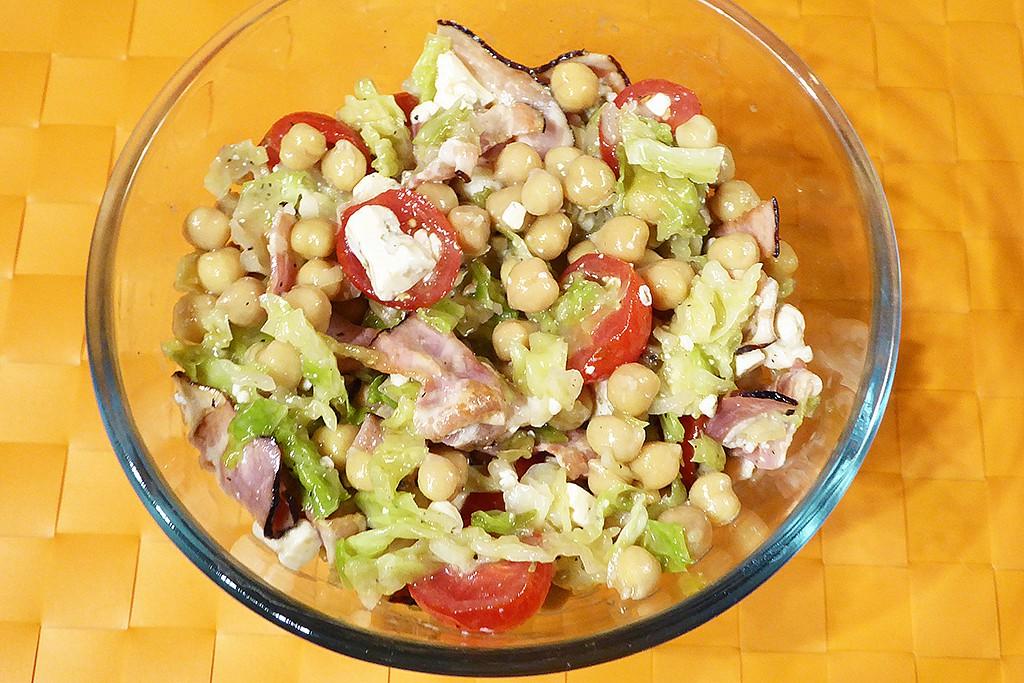 Kapustový salát se slaninou, nivou a cizrnou recept