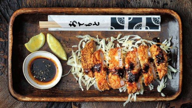 Vepřový řízek se štiplavým salátem a omáčkou tonkatsu
